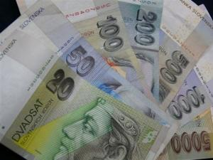 Obyvatelia Slovenska vložili za polrok do bánk vyše 26 mld. Sk