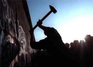 EÚ si pripomína pád Berlínskeho múru, zopakuje sa dominový efekt udalostí